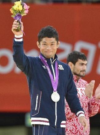 男子60キロ級で銀メダルを獲得し、笑顔で声援に応える平岡拓晃。奥は優勝したロシアのガルスチャン=エクセル(共同)