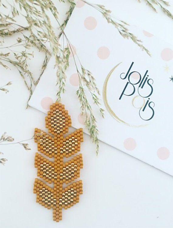 Un petit épi de blé porte-bonheur Dimensions : Hauteur 55mm Largeur 22mm Perles dorées en plaqué or 24 carats