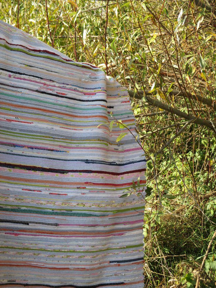 Ve vrbinách šířka plus mínus půl centimetru rovný metr - útek je různě silný délka bez třásní 168 cm Hadrák z šedého pletárenského ořezu a zbytků pruhů tričkoviny, svetroviny, prostěradloviny. Osnova je pevná, kobercová, z čisté nebělené bavlny, šestivláknová. Do ložnice k posteli, do dětského pokoje na postel i na zem - jako koberec i hrací deka; do síně i ...