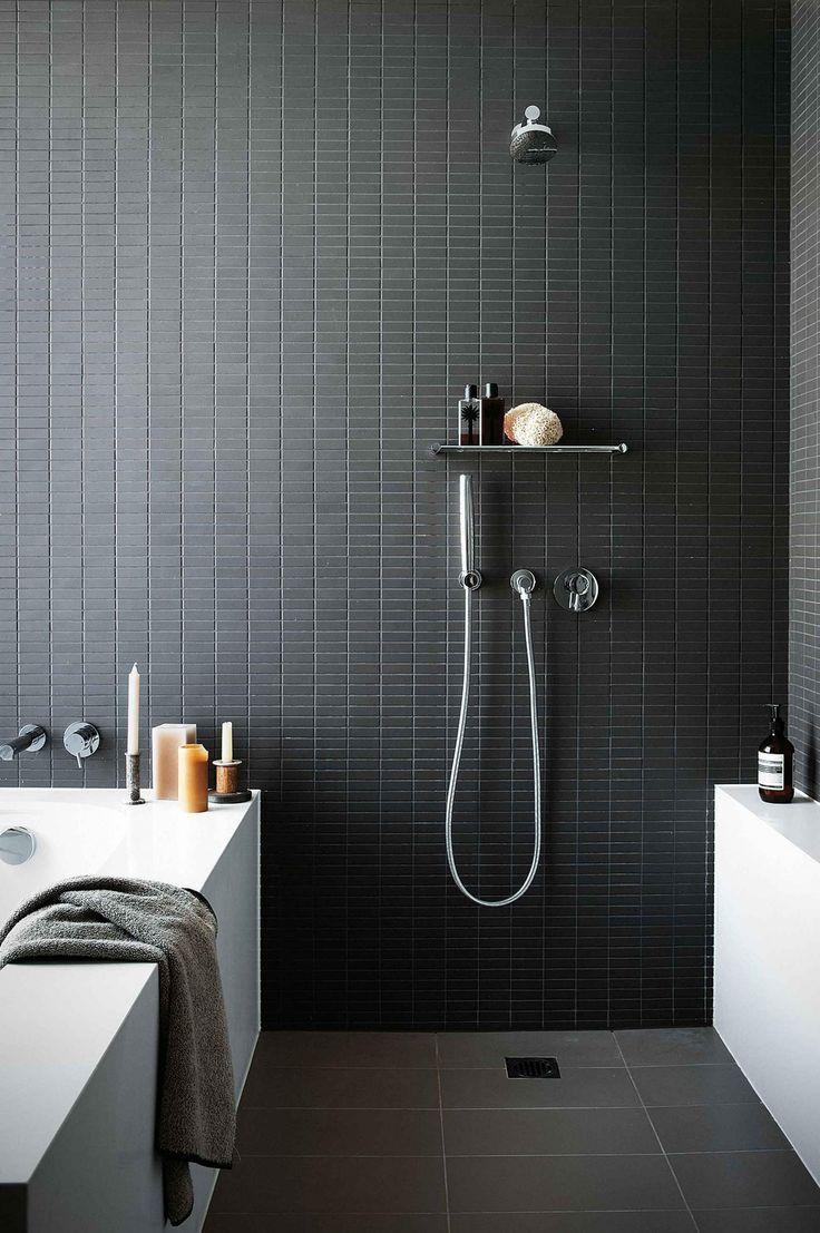 Soluzione per bagno molto piccolo dove vasca e doccia condividano la stessa parete, realizzata in piastrelline nere tipo mosaico.