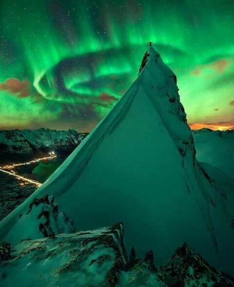 Aurora Boreal na Noruega  esperteza.com  #EspertosEViajados #EspertosESábios #TravelSpots #noruega #norway #mountain #mountains #roof #sky #montanha #ceu #cor #colors #aurora #boreal  #travel #travelling #trip #viagem #viagens #viajar #amazing #amazingplace #amazingview