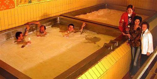 Ülkelerin şaşırtıcı gelenekleri- Birası ile meşhur Çek Cumhuriyeti'de, bira havuzlarında yüzmek mümkün. Çekler'e göre Bira havuzunda yüzmek insan sağlığına ve ruhsal rahatsızlıklara iyi geliyor.