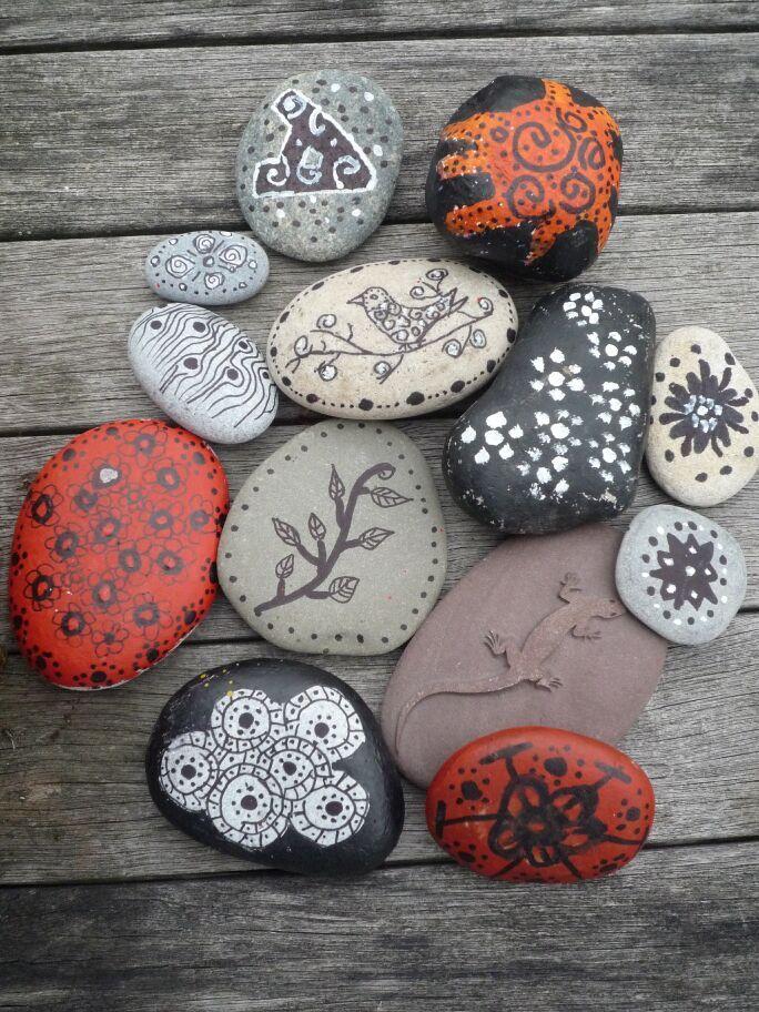 ...wir hatten noch so schöne Steine vom Genfer See, so schön glatt, die mußten einfach bemalt werden. Wir haben permanent marker genommen ...