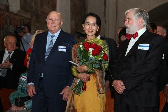 Na pódium doprovodil barmskou disidentku Havlův bratr Ivan (vpravo) a další z vážených hostů, Frederik Willem de Klerk. Muž, který po svém n...