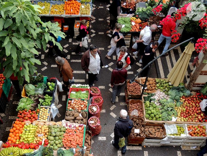 Mercado dos Lavradores, czyli Rynek Rolników, to jedna z największych i najbardziej lubianych przez turystów atrakcji Funchal. Począwszy od lat 40. ubiegłego wieku, ten interesujący modernistyczny budynek pełni funkcję targu warzywno-owocowego, zaopatrującego w świeże produkty większość mieszkańców stolicy Madery.  #Portugalia #Madera #Funchal #podróże