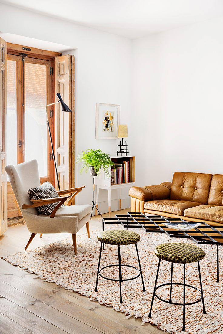 O sofá de couro combinado com um tapete shaggy fofinho é a escolha certa para quem quer um espaço sofisticado e delicado.