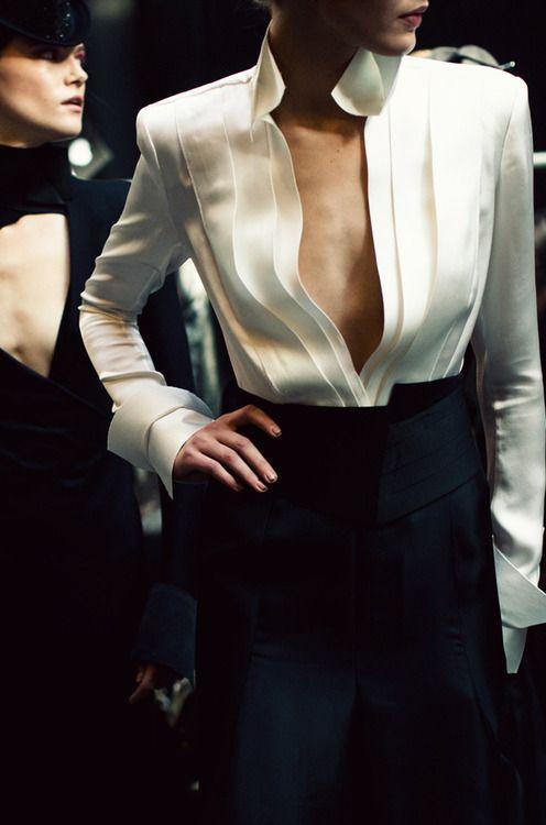 A camisa branca, peça do vestuário que teve origem na roupa de baixo masculina, no decorrer do século XX se tornou um clássico do guarda-roupa feminino.
