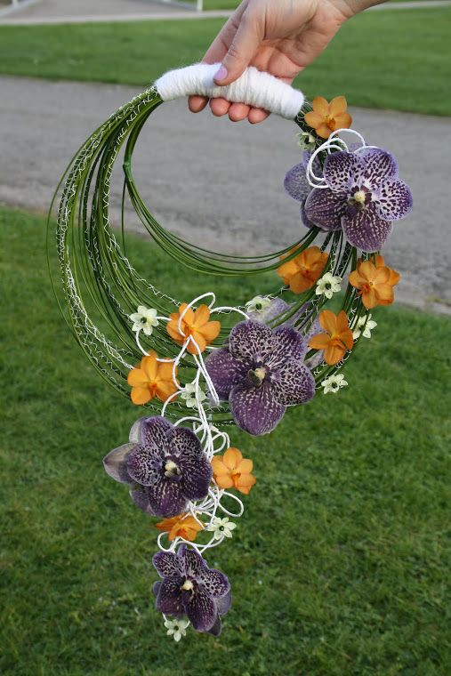 On est fan de ce bouquet original constitué d'orchidées qui parsèment des cerceaux et donnent cet effet cascade. Parfait pour vos demoiselles d'honneur avec une prise en main facile. J'ai testé et approuvé pour ma boutique (à venir prochainement!)