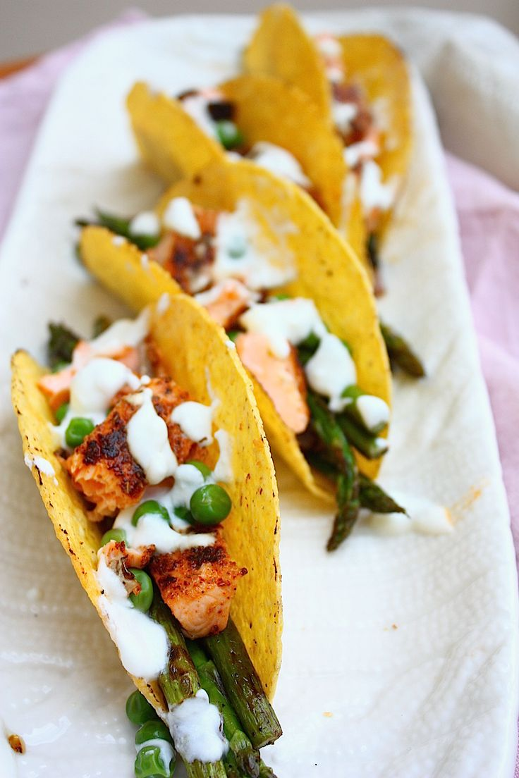 Taco's met zalm, groene asperges en citroen-yoghurt saus