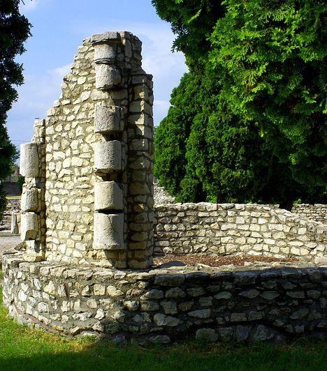 Aquincum. Az óbudai romegyüttes meglátogatása felér egy valódi időutazással. Az amfiteátrum romjain megpihenve lenyűgöző látványban lehet része az itt kirándulóknak, de ugyanilyen izgalmas végigsétálni azon az ókori utcán, ahol egykor 14 ezer lakó élte életét. A lapidáriumban számos szobrot és sírkövet meg lehet tekinteni, az aquincumi múzeumban pedig akár meg is lehet szólaltathatni egy 228-ból származó vízorgona rekonstruált példányát.