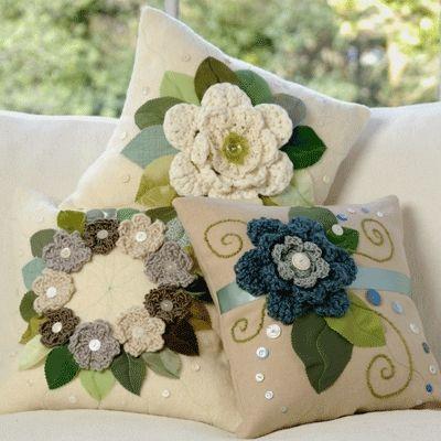 Aplicação de tecido e crochê em almofada.