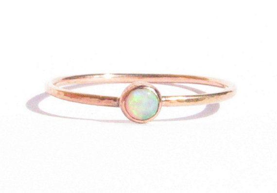 Fijn rose gouden ring met opaal. Dit type ring is goed te combineren met andere ringen als stapelring of aanschuifring