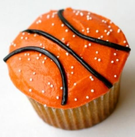 basketball cupcakes for March Madness! Perfect for hosting a NCAA themed party :: recipe on the NEAT blog