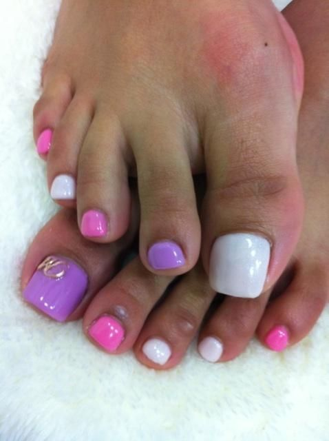 Cute and easy pastel pedicure in shades of purple and pink. Read more on www.producingfashion.com