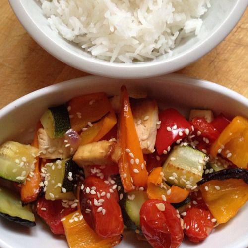 Nakládané tofu s grilovanou zeleninou 1.Na marinádu: česnek nakrájíme, promícháme se sójovou omáčkou, sezamovým olejem, medem, špetkou mletého zázvoru a chilli. 2.Tofu opláchneme, osušíme a nakrájíme na menší kostky. 3.Zeleninu nakrájíme, vložíme do...