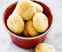 Drömmar är spröda kakor för alla stunder. Hjortronsalt och rapsolja ger drömmarna deras drömlikt frasiga karaktär. Det här är småkakor som går lätt att baka – gör gärna det här receptet och flera andra sötsaker på en gång och bjud in till kafferep med sju sorters kakor!