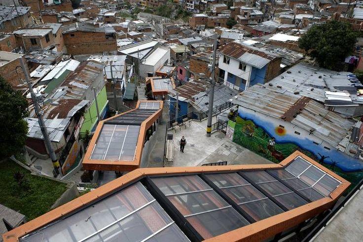 Un hombre cerca a las escaleras eléctricas en la Comuna 13 de Medellín.