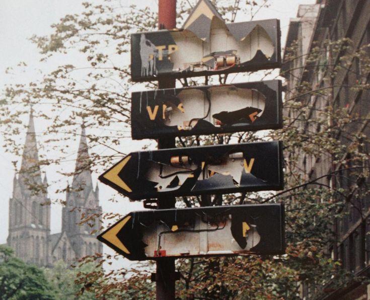 По всей Праге начались массовые акции саботажа. Чтобы затруднить ориентацию в городе для военных пражане начали уничтожать уличные указатели, сбивать таблички с названиями улиц, номера домов.
