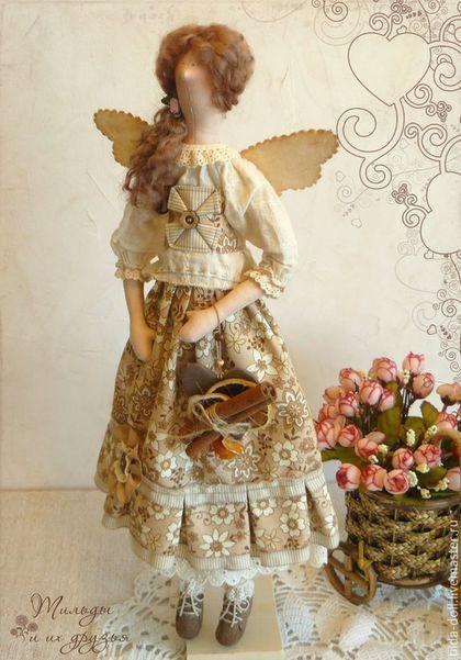 Купить или заказать Кукла тильда фея Лизавета в интернет-магазине на Ярмарке Мастеров. Кукла по мотивам тильда - феечка Лизавета! Очень домашняя и уютная девушка. В одежде использованы натуральные ткани теплых оттенков: бежевый, коричневый, молочный. Наряд с намеком на мое любимое Бохо - тонкая батистовая блуза, корсет, юбка с оборками и шитьем, льняные штанишки, замшевые ботики. Сердечко с палочкой корицы и кружочками лимона в виде аксессуара, снимается с руки девушки.