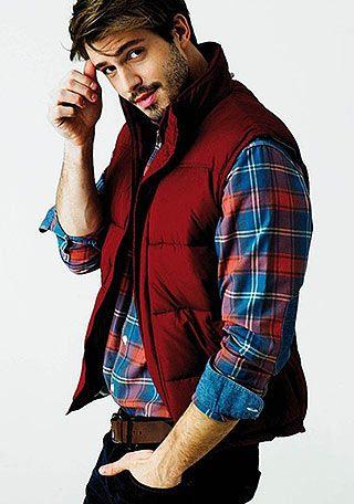 赤ダウンベスト×チェックシャツの着こなし(メンズ) | Italy Web
