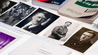 Image copyright                  EPA Image caption                                      Los documentos hallados en la cápsula de tiempo nazi son exhibidos en el Museo Nacional de Szczecin en Polonia.                                El paso del tiempo no dejó rastro alguno en los documentos de la Alemania nazi encontrados hace unos días en Polonia. Estaban intactos.  Un grupo de arqueólogos armados con martillos derribaron parte de la estru