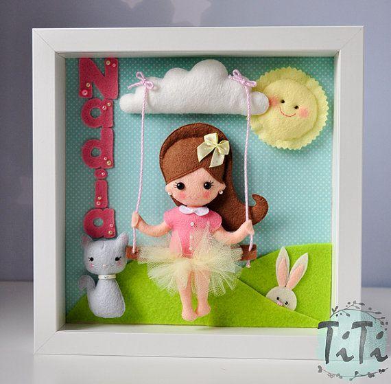 Personalisierte Filz Rahmen. Das Dekor ist perfekt zum Aufhängen an der Wand im Kinderzimmer. Perfekt wie ein Geburtstag oder Baby-Dusche-Geschenk. Frame enthält 5 handgefertigte Filz Elemente (Mädchen, Katze, Kaninchen, Sonne und Wolke mit Swing) fühlte sich Grass und Minze Papierhintergrund. Ich kann Name des Kindes zu dem Bild hinzufügen.  Ich kann verschiedene Muster für zB machen. ein Schutzengel, ein Lieblings-Cartoon-Zeichen oder geliebtes Tier. Sie können die Farben und das Muster…