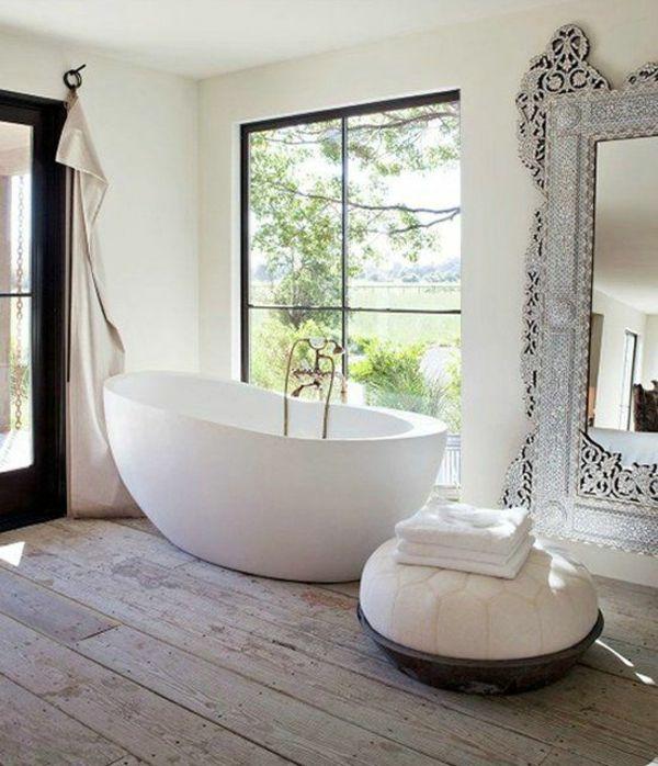 Freistehende Badewanne im modernen Badezimmer – J