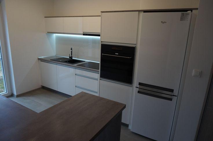 Nowoczesne meble kuchenne #meblekuchenne #kuchnia #białakuchnia #led #frontyakrylowe #meblenawymiar #filmarmeble #furniture #kitchen #floortiles #design #homedecor #zobal