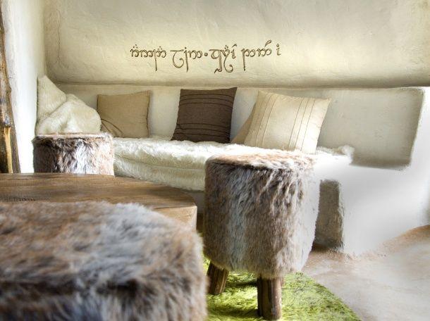 Geïnspireerd op de fantasierijke woningen van de '#hobbits' uit de wereldberoemde meesterwerken 'In de Ban van de Ring' van Tolkien ligt deze karakteristieke vakantiewoning half onder een heuvel. Veel origineler vind je ze niet in Nederland! #origineelovernachten #officieelorigineel #reizen #origineel #overnachten #slapen #vakantie #opreis #travel #uniek #bijzonder #slapen #hotel #bedandbreakfast #hostel #camping