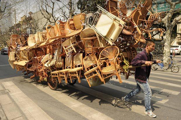 Vendedor é flagrado com carrinho supercarregado de cadeiras na China