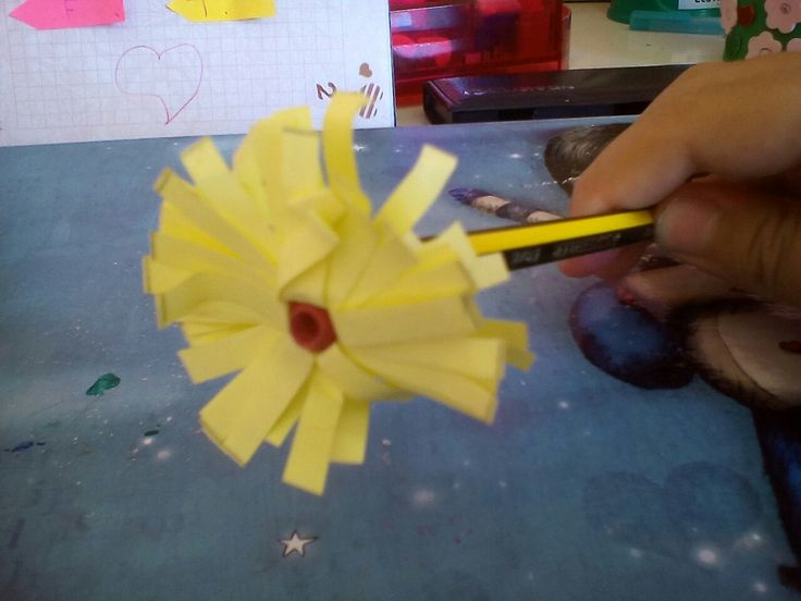 Adorno en forma de flor para lápices.