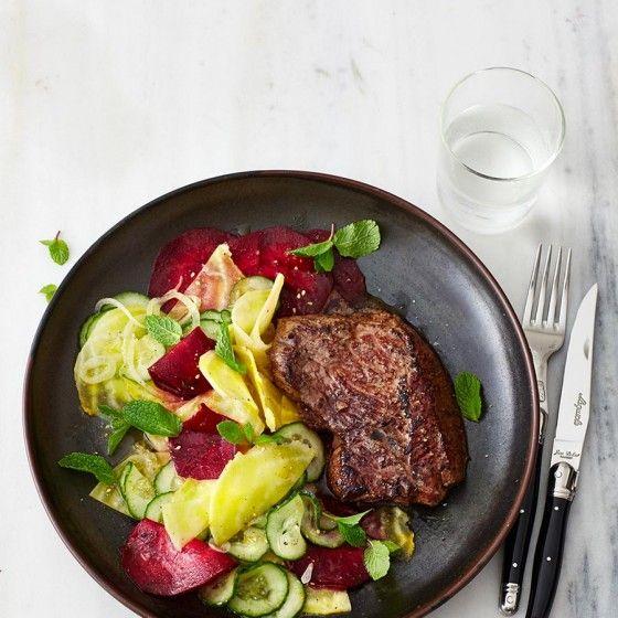 ESSEN & TRINKEN -   Hüftsteak mit Rote-Bete-Gurken-Salat    Rezept