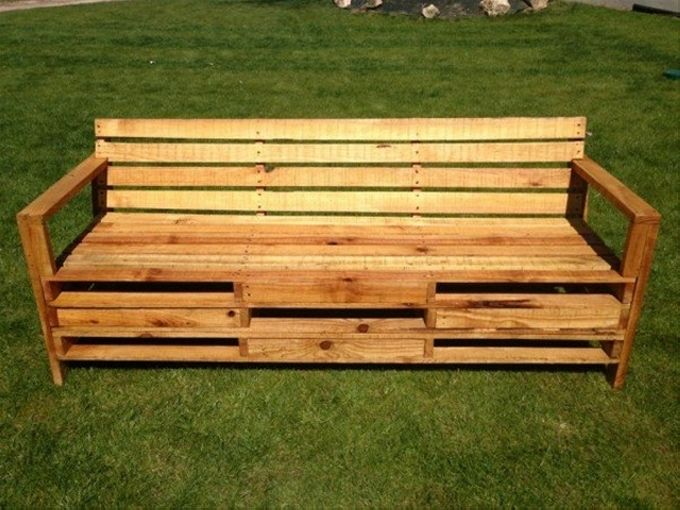 The very first wooden pallet bench in the range possesses a very rare and unique design. It has got a large sitting space along with some ample additional storage space right below the seat which is a great incentive for the users.