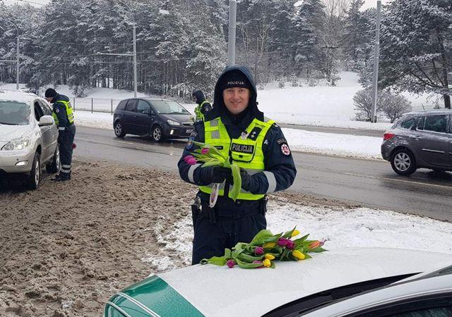 ٹریفک پولیس کا خواتین ڈرائیورز کے لیے انوکھا تحفہ