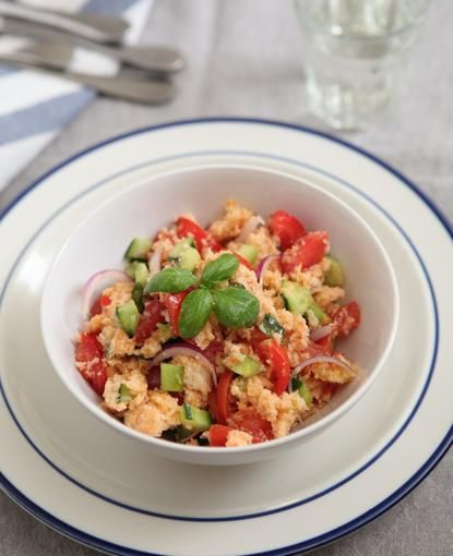 Panzanella con pomodoro, cipolla rossa e basilico fresco - Corriere.it