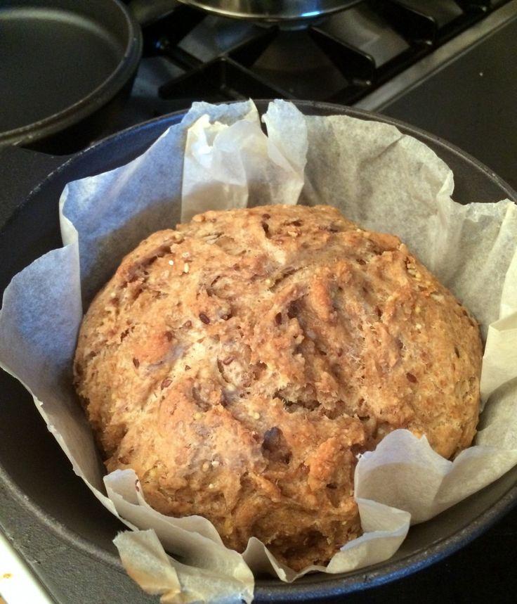Zelf zuurdesembrood maken is niet heel moeilijk. En voor een heerlijke smaak en textuur raad ik aan om het brood in een gietijzeren pan te bakken.