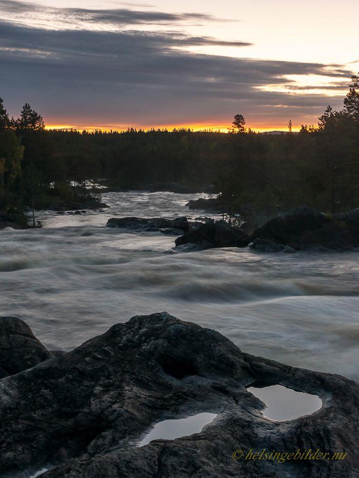 """""""Hylströmmen är Sveriges största obundna fors söder om fjällkedjan. Ett 12 mil långt pärlband där Hylströmmen gnistrar extra starkt. Hylströmmen är vildast, vackrast och störst i södra Norrland med sina 23 fallmeter. Slå dig ner på hällarna och se skådespelet. Stå på hängbron och sveps in i forsens dån."""""""