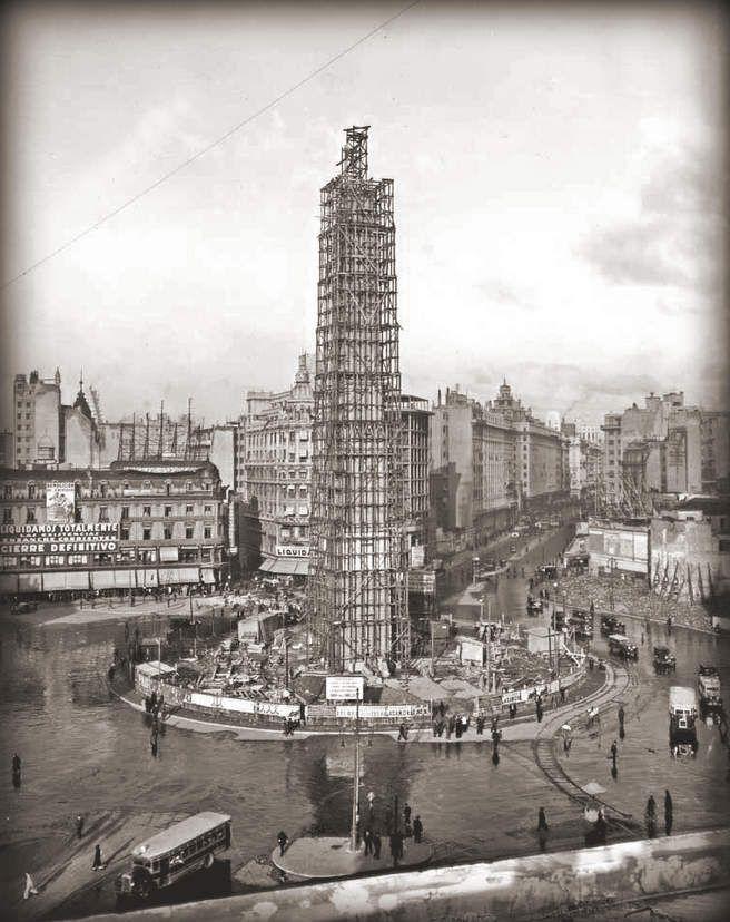 El Obelisco de Buenos Aires, en plena construcción.