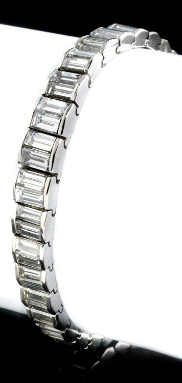 Länge: ca. 16,5 cm. Breite: ca. 4 bis 7 mm. Gewicht: ca. 22 g. WG 750. Elegantes strenges Tennisarmband im Verlauf besetzt mit hochfeinen Diamanten im...