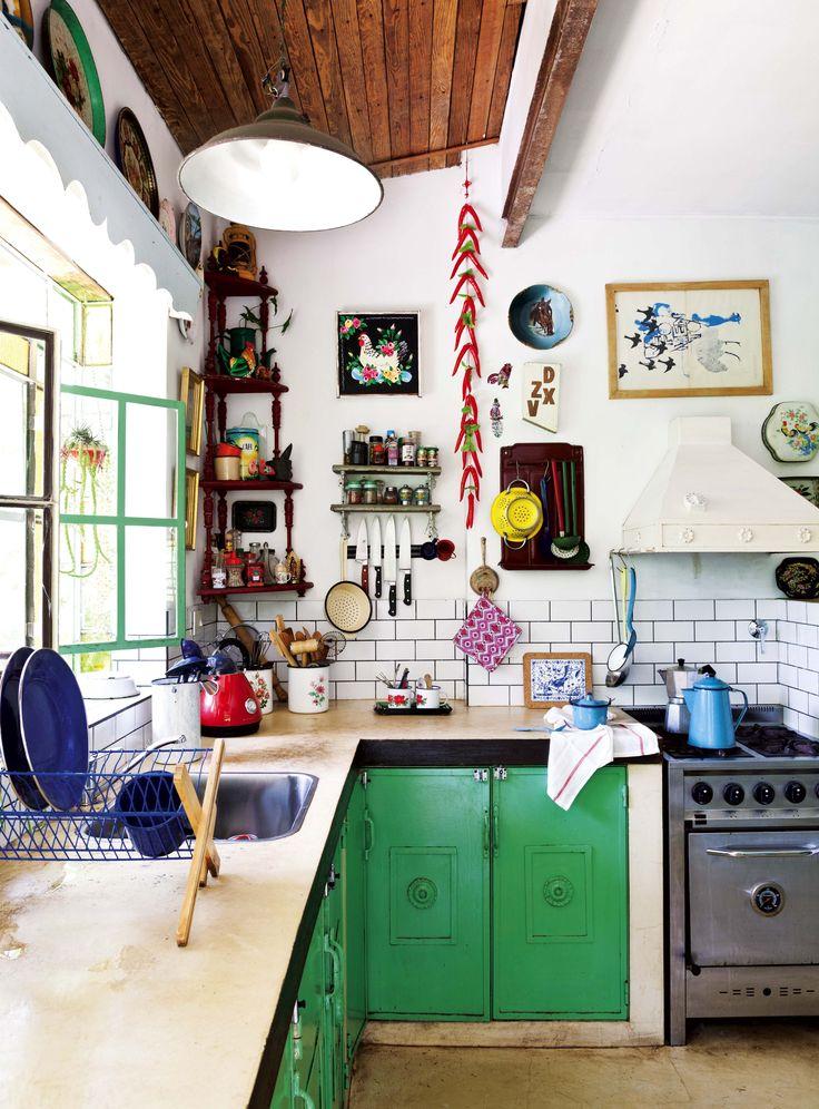 Una cocina rústica inspirada en las casas de pueblo y llena de color en la casa de la artista Consuelo Vidal.