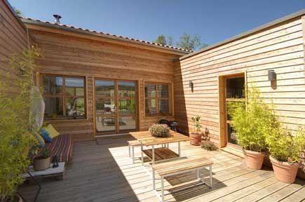 Décidement, les maisons avec patio m'attirent... J'aime le côté intime de la terrasse tout en étant ouvert sur l'extérieur et le jardin....