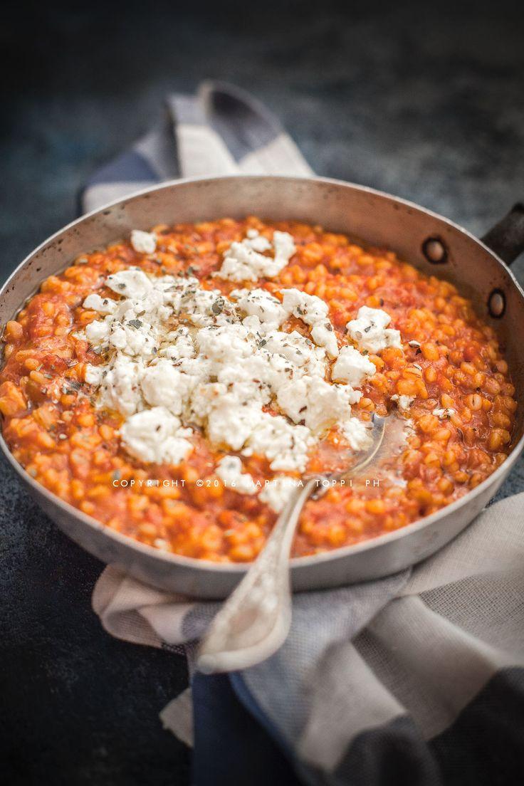Siete stufi del solito risotto? Provate questo risotto di orzo perlato al pomodoro con feta marinata. la ricetta è di Yotam Ottolenghi: non sbagliate!