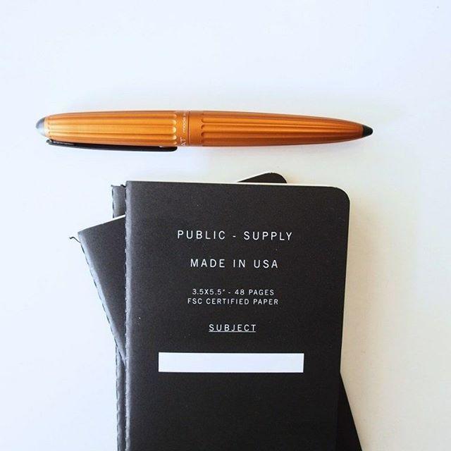 Direkt aus England, von Stu (@pocketnotebooks) ins #ZoomLab - @publicsupply Klein und fein, so könnte man Public Supply mit zwei Wörtern beschreiben. Die Macher der kleinen Pocket Notebooks aus den USA (mit Sitz in England) spenden nämlich 25% ihrer Einnahmen an Schulen in den Vereinigten Staaten. Eine wirklich gute Sache. #pocketnotebooks #notizbuch #picoftheday #publicsupply #fountainpen #aero #diplomataero #f4f #work #blog #project #paper #paperlove #papierliebe #schreiben #notieren…