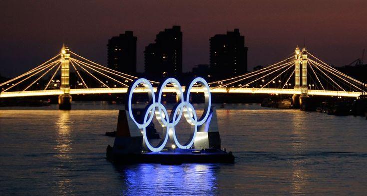 Albert Bridge is illuminated behind a set of Olympic Rings @telegraph.co.uk