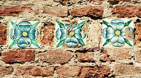 Mattonelle maiolicate con la rosa quadripetala malatestiana, Castel Sismondo, Rimini.