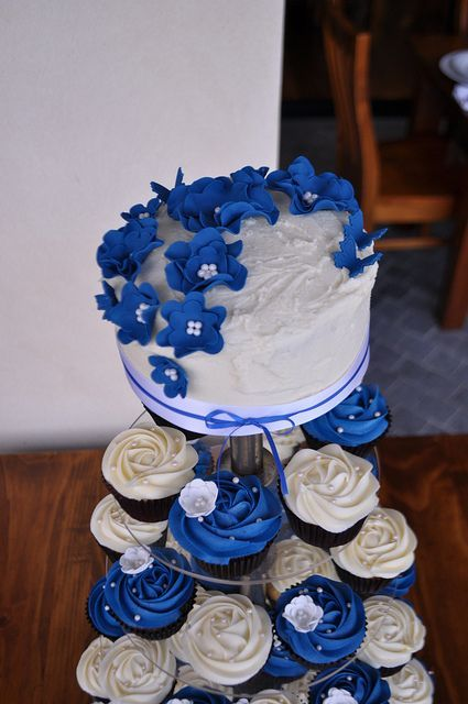 Royal blue and white wedding cupcake tower - so gorgeous #wedding #weddingcupcakes #cupcakes #cupcaketower #blue