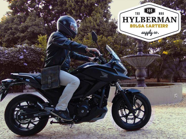 A Bolsa Carteiro Slim da Hylberman serve perfeitamente para você que gosta de andar de moto com estilo. #hylberman #homem #moda #bolsacarteiro