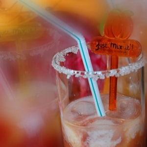 Petit lutin (fraise-orange-violette) - Recettes de cocktails avec et sans alcool - Journal des Femmes Cuisiner jus de fraise d.orange , lait et sirop de violett