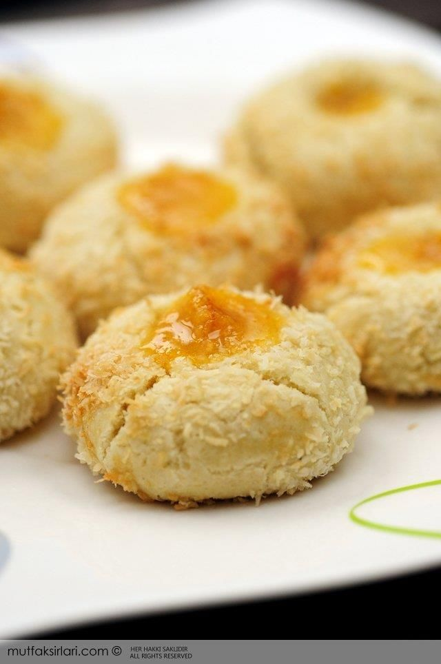 Marmelatlı düğme kurabiye benim en sevdiğim kurabiyelerden, hamuru çok tatlı olmadığı için marmelat ile tam bir bütünlük sağlıyor. Hindistanceviz