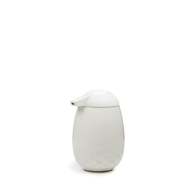 Mellibi Seifenspender White   <p>Kählers elegante Mellibi-Serie verleiht den alltäglichen Gebrauchsgegenständen einen ästhetischen Touch. Gestalten Sie Ihr Bad als Designerlebnis, und lassen Sie Mellibi der rote Faden sein, der Harmonie ins Bad bringt. Dieser Seifenspender ist schön und funktionell und passt in fast jedes Bad. Ergänzen Sie Mellibi mit weichen Handtüchern, dekorativer Seife und einer entspannenden Duftkerze – und fühlen Sie sich wohl in Ihrem persönlichen Spa.</p>